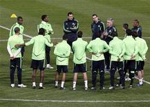 """<p>Игроки """"Челси"""" на тренировке в Марселе 7 декабря 2010 года. """"Челси"""" прервал в среду безвыигрышную серию в английской Премьер-лиге, обыграв дома """"Болтон"""" 1-0, а """"Арсенал"""", в случае успеха догонявший лидеров, сыграл вничью 2-2 с """"Уиганом"""", доигрывавшим матч вдесятером. REUTERS/Jean-Paul Pelissier</p>"""