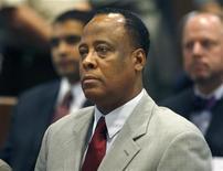 <p>Conrad Murray, médico de Michael Jackson, no tribunal em Los Angeles, em fevereiro. Advogados do médico acusado de homicídio culposo no caso da morte do cantor poderão alegar que o cantor se matou, quando começarem as audiências na semana que vem. 08/02/2010 REUTERS/Mark Boster/Arquivo</p>