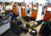 <p>Люди спят на полу в аэропорту Шереметьево 28 декабря 2010 года. Собственники аэропорта Домодедово сменили топ-менеджера крупнейшего в России авиаузла, заложниками которого в последние несколько дней оказались десятки тысяч пассажиров, брошенных на произвол судьбы в обесточенном аэровокзале. REUTERS/Mikhail Voskresensky</p>