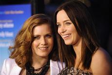 """<p>Emily Blunt (dir) e Amy Adams em exibição do filme """"Trabalho Sujo"""" em Los Angeles em 2009. 09/03/2010 REUTERS/Phil McCarten/Arquivo</p>"""
