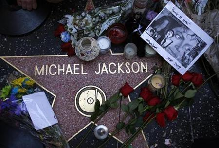 Flowers are placed on the star of Michael Jackson on the Hollywood Walk of Fame in Hollywood, California July 1, 2009. REUTERS/Joshua Lott