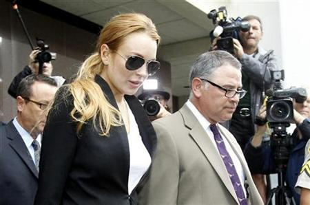 Actress Lindsay Lohan leaves Beverly Hills Municipal Court after a probation violation hearing in Beverly Hills, California October 22, 2010. REUTERS/Mario Anzuoni
