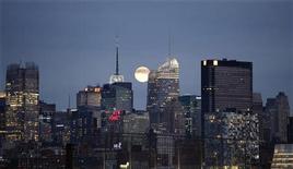 <p>A lua é vista atrás dos edifícios do centro de Manhattan, 21 de novembro de 2010. REUTERS/Gary Hershorn</p>