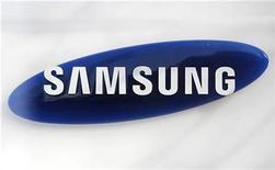 <p>Foto de archivo del logo de la firma Samsung Electronics en su sede de Seúl, mar 19 2010. Samsung aumentará sus inversiones en casi un quinto a una cifra récord este año, en un intento de crear nuevos negocios y ampliar su liderazgo en sectores tecnológicos como el de las pantallas, dijo el miércoles el grupo empresarial más grande de Corea del Sur. REUTERS/Lee Jae-Won</p>