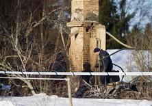 <p>Police technicians investigate the site of a fire at the house of Swedish actor Per Oscarsson and his wife Kia Osteling in Langona outside the town of Skara January 2, 2011. REUTERS/Bjorn Larsson Rosvall/Scanpix</p>