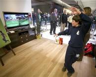 <p>Microsoft dit avoir vendu plus de 8 millions d'exemplaires de son système de jeu à capture de mouvements Kinect dans le monde deux mois après son lancement, dépassant largement ses objectifs affichés. /Photo d'archives/REUTERS/Marcus Donner</p>
