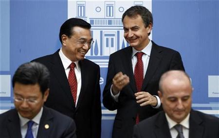 China's Vice-Premier Li Keqiang (2nd L) and Spanish Prime Minister Jose Luis Rodriguez Zapatero talk as Chinese Vice-Minister of Energy Qian Zhimin (L) and Spanish Minister of Industry Miguel Sebastian sign a commercial agreement at Madrid's Moncloa Palace January 5, 2011. REUTERS/Susana Vera