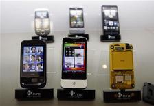 <p>Le taiwanais HTC a annoncé jeudi un bénéfice net plus que doublé au quatrième trimestre, ses smartphones équipés du système d'exploitation Android ayant rencontré un grand succès. /Photo d'archives/REUTERS/Pichi Chuang</p>