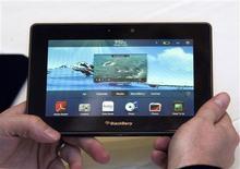 <p>Research in Motion, le fabricant du BlackBerry, prévoit de lancer cet été une tablette numérique compatible avec les réseaux télécoms de quatrième génération, baptisée PlayBook. /Photo prise le 5 janvier 2011/REUTERS/Steve Marcus</p>