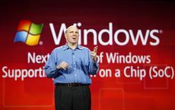 <p>Steve Ballmer, le directeur général de Microsoft, lors de son discours au CES, le salon de l'électronique grand public à Las Vegas. Microsoft va lancer une version de son système d'exploitation Windows compatible avec des semi-conducteurs conçus par le britannique ARM Holdings. /Photo prise le 5 janvier 2010/REUTERS/Rick Wilking</p>