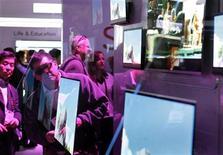 <p>Le stand LG Electronics, au Consumer Electronics Show (CES), le salon de l'électronique grand public à Las Vegas. Le groupe sud-coréen compte quadrupler ses ventes de smartphones cette année à 30 millions d'unités en misant sur le haut de gamme face à la concurrence de l'iPhone d'Apple. /Photo prise le 6 janvier 2011/REUTERS/Steve Marcus</p>