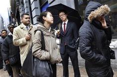 <p>Foto de archivo de un grupo de personas en la fila de ingreso a la feria laboral NYCHires en Nueva York, feb 24 2010. Un índice mensual sobre la demanda online de empleo en Estados Unidos cayó en diciembre frente a noviembre, pero subió un 13 por ciento en la comparación interanual, mostró el jueves un informe privado. REUTERS/Shannon Stapleton</p>