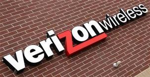 <p>Foto de archivo del logo de la empresa de telecomunicaciones estadounidense Verizon Wireless en una tienda de Westminster, EEUU, abr 26 2009. La empresa de telecomunicaciones estadounidense Verizon Wireless promete tener 10 nuevos dispositivos en las tiendas a mediados de año para datos inalámbricos de alta velocidad, entre ellos cuatro teléfonos inteligentes y dos Tablet PC. REUTERS/Rick Wilking</p>