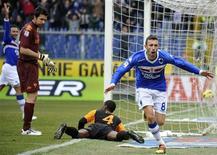 <p>Com Juan caído, atacante da Sampdoria Guberti comemora gol da vitória da equipe sobre a Roma. 09/01/2011 REUTERS/Giorgio Perottino</p>