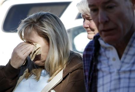Mourners gather at a memorial outside the offices of congresswoman Gabrielle Giffords in Tucson, Arizona January 9, 2011. REUTERS/Rick Wilking