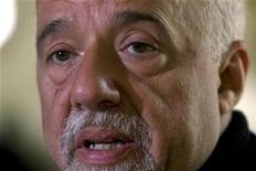 <p>Foto de archivo del escritor brasileño Paulo Coelho durante una entrevista con Reuters en su hogar de París, sep 18 2008. o Coelho, uno de los autores con mayores ventas a nivel mundial, dijo el lunes que Irán prohibió la comercialización de sus obras y llamó al Gobierno de su país para que intervenga. REUTERS/Charles Platiau</p>