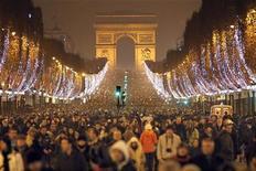 """<p>Люди отмечают Новый год на Елисейских полях в Париже 1 января 2011 года. Отели по всей Франции готовятся к притоку российских туристов, желающих отметить """"старый"""" Новый год. REUTERS/Charles Platiau</p>"""