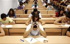 <p>Students take a university entrance examination at a lecture hall in the Andalusian capital of Seville, southern Spain, September 15, 2009. REUTERS/Marcelo del Pozo</p>