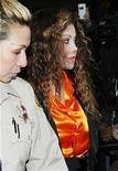 <p>LaToya Jackson, hermana del cantante Michael Jackson, es acompañada a la salida de una corte en Los Angeles, California, luego de que un juez ordenó que el doctor de la estrella de la música, Conrad Murray, enfrente juicio por su muerte, ene 11 2011. REUTERS/Fred Prouser (UNITED STATES)</p>