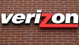 """<p>Imagen de archivo del logo de Verizon Wireless en un local de la firma en Westminster, abr 26 2009. Goldman Sachs mejoró la calificación de Verizon Communications Inc a """"compra"""" desde """"neutral"""" por el lanzamiento del iPhone de Apple Inc en su red, mientras que recortó la calificación del rival AT&T Inc a """"neutral"""", diciendo que perdería más clientes cuando sus contratos de iPhone caduquen. REUTERS/Rick Wilking</p>"""
