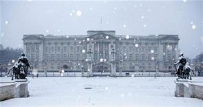 <p>Снег у Букингемского дворца в центре Лондона 13 января 2010 года. Британская полиция арестовала двух мужчин, пытавшихся проникнуть в лондонскую резиденцию королевы страны Елизаветы II - Букингемский дворец, сообщили правоохранительные органы в четверг. REUTERS/Stefan Wermuth</p>