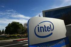 <p>Foto de archivo de un cartel en la sede del fabricante de microprocesadores Intel Corp en Santa Clara, EEUU, feb 2 2010. Intel Corp reportó el jueves un alza de un 8 por ciento de sus ventas del cuarto trimestre y pronosticó una facturación para los primeros tres meses del 2011 de 11.100 millones a 11.900 millones de dólares. REUTERS/Robert Galbraith</p>