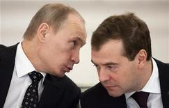 """<p>Президент России Дмитрий Медведев (справа) слушает премьер-министра РФ Владимира Путина во время встречи с губернаторами в Москве 27 декабря 2010 года. Премьер Владимир Путин по-прежнему лидирует в масштабах страны в рейтингах к президентским выборам 2012 года, однако в столице управляемой демократии уступает нынешнему обитателю Кремля Дмитрию Медведеву, который, в свою очередь, проигрывает в популярности кандидату """"против обоих"""". REUTERS/Alexander Zemlyanichenko/Pool</p>"""