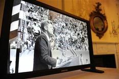 <p>Un video con la imagen del fallecido presidente estadounidense John F. Kennedy en los archivos nacionales de Washington, ene 13 2011. Miles de documentos, fotografías e incluso conversaciones telefónicas grabadas del presidente John F. Kennedy serán publicados en internet y estarán disponibles para una nueva generación de historiadores amantes de la tecnología. REUTERS/Jonathan Ernst</p>