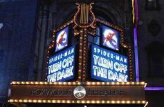 """<p>Imagen de archivo de los anuncios publicitarios de la obra """"Spiderman: Turn Off The Dark"""" frente al teatro Foxwoods en Nueva York, dic 23 2010. """"Spider-Man: Turn Off the Dark"""" fue pospuesto nuevamente hasta el 15 de marzo para llevar a cabo """"ajustes"""" en la compleja producción y agregar un nuevo final, luego de que la obra se volvió un éxito en sus funciones de preestreno. REUTERS/Lucas Jackson</p>"""