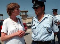 <p>British actress Susannah York speaks with an Israeli policeman April 19, 1998 outside the prison where jailed nuclear technician Mordechai Vanunu is kept locked up. REUTERS/Str Old</p>