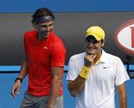 <p>Rafael Nadal (esq) e Roger Federer durante a partida beneficente Rally for Relief, para arrecadar fundos para as vítimas do desastre das enchentes na Austrália. Federer inicia a defesa de seu título do Aberto da Austrália na segunda-feira, e deve lutar para evitar que Nadal garanta um lugar no Panteão dos maiores tenistas. 16/01/2011 REUTERS/Yuriko Nakao</p>