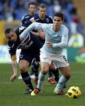<p>Hernanes (dir) do Lazio disputa jogada com Angelo Palombo Sampdoria durante jogo do Campeonato Italiano. 16/01/2011 REUTERS/Giampiero Sposito</p>