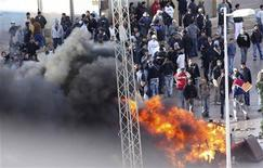 <p>Protesters clash with riot police in Cite Ettadhamen near the Tunisian capital Tunis January 12, 2011. REUTERS/Stringer</p>