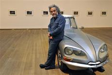 <p>Mexican artist Gabriel Orozco poses beside 'La DS' at the Tate Modern gallery in central London January 17, 2011. REUTERS/Toby Melville</p>
