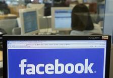 """<p>Foto de archivo del logo del sitio web Facebook visto desde un ordenador en Bruselas, abr 21 2010. Goldman Sachs decidió limitar su colocación privada de acciones de Facebook a inversionistas fuera de Estados Unidos por la """"intensa cobertura mediática"""" que tuvo la operación, dijo el lunes el banco. REUTERS/Thierry Roge</p>"""