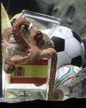 <p>Foto de archivo del fallecido pulpo Paul con su pronóstico para la final de la Copa del Mundo de Sudáfrica 2010 en Oberhausen, Alemania, jul 9 2010. Paul, el famoso pulpo oráculo germano que predijo correctamente cada uno de los partidos de Alemania y la victoria de España en el Mundial de fútbol del 2010, tendrá su propio monumento de recuerdo tres meses después de su muerte. REUTERS/Wolfgang Rattay</p>
