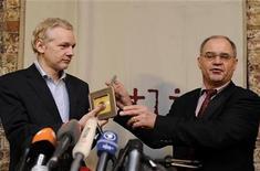 <p>De izquierda a derecha: el fundador de WikiLeaks, Julian Assange, junto al banquero suizo Rudolf Elmer, quien le entrega un CD con datos de cuentas bancarias en Londres. ene 17 2011. El banquero suizo Rudolf Elmer, uno de los primeros en usar WikiLeaks para publicar documentos reservados, irá a juicio el miércoles acusado de romper el secreto bancario y amenazar a su ex empleador. REUTERS/Paul Hackett</p>
