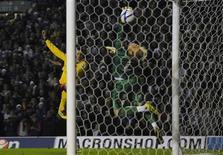 """<p>Игрок """"Арсенала"""" Робин ван Перси забивает гол в ворота """"Лидса"""" в Лидсе 19 января 2011 года. """"Лидс"""" все-таки не смог помешать лондонскому """"Арсеналу"""" пробиться в 1/16 Кубка Англии, проиграв во втором матче со счетом 1-3. REUTERS/Nigel Roddis</p>"""