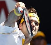 <p>O suíço Roger Federer joga contra o belga Xavier Malisse durante partida no Aberto da Austrália, em Melbourne, 1 de janeiro de 2011. REUTERS/Tim Wimborne</p>