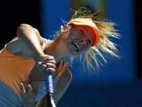 <p>Maria Sharapova saca durante jogo contra Julia Goerges no Aberto da Austrália. Sharapova usou toda a sua potência vocal para reagir ao desafio da alemã e avançar à quarta rodada do torneio de tênis, na sexta-feira. 21/01/2011 REUTERS/Petar Kujundzic</p>