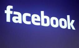 <p>Foto de archivo del logo de Facebook en la sede de la compañía en mayo 26 2010. Facebook consiguió 1.500 millones de dólares de los inversores bajo términos que la red social número uno del mundo dice le otorgan un valor de aproximadamente 50.000 millones de dólares. REUTERS/Robert Galbraith</p>