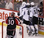 """<p>Игроки """"Тампа Бэй"""" радуются шайбе, заброшенной в ворота """"Оттавы"""", в Оттаве 8 января 2011 года. Убедительный рывок во втором периоде позволил """"Тампа Бэй"""" разгромить """"Атланту"""" со счетом 7-1 в матче регулярного чемпионата Национальной хоккейной лиги (НХЛ) в воскресенье вечером. REUTERS/Chris Wattie</p>"""