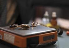 <p>Кольцо и сережки на весах в ломбарде в Мехико 12 января 2011 года. Ученые близки к изменению определения килограмма, что позволит им создать абсолютно универсальную систему измерений, основанную на стабильных величинах. REUTERS/Jorge Dan</p>