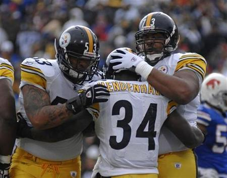 Pittsburgh Steelers running back Rashard Mendenhall is congratulated by center Maurkice Pouncey (L) and offensive guard Ramon Foster (R) after scoring a touchdown against the Buffalo Bills in the first quarter of their NFL football game in Orchard Park, New York November 28, 2010. REUTERS/Doug Benz