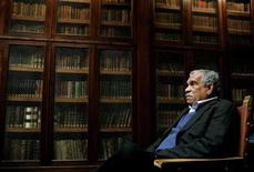 <p>Literature Nobel laureate Derek Walcott sits inside the library of Oviedo's University March 21, 2006. REUTERS/Eloy Alonso</p>