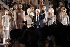 <p>German designer Karl Lagerfeld (3rd R) poses with models at the end of his Haute Couture Spring-Summer 2011 fashion show for French fashion house Chanel in Paris January 25, 2011. REUTERS/Benoit Tessier</p>