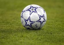 """<p>Футбольный мяч лежит на стадионе в Афинах, 23 мая 2007 года. Лидер английской Премьер-лиги """"Манчестер Юнайтед"""" вырвал во вторник победу у """"Блэкпула"""" 3-2 в перенесенном матче 16-го тура, проигрывая после первого тайма. REUTERS/Kai Pfaffenbach</p>"""
