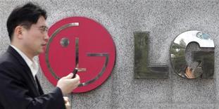 <p>LG Electronics affiche une perte d'exploitation record au titre du quatrième trimestre 2010 (246 milliards de wons), mais le groupe estime que ses activités dans les téléphones et les téléviseurs ont atteint un point bas. /Photo d'archives/REUTERS/Lee Jae-Won</p>