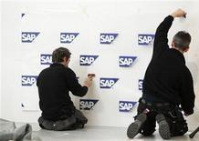 <p>SAP, leader mondial des logiciels destinés aux entreprises, anticipe une croissance du chiffre d'affaires à deux chiffres cette année et va recomander une hausse du dividende de 20% après avoir réalisé un solide quatrième trimestre. /Photo d'archives/REUTERS/Thomas Peter</p>