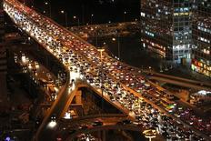 <p>La municipalité de Pékin a décidé d'attribuer les nouvelles cartes grises lors d'une loterie et d'en limiter le nombre pour tenter de réduire le flot de nouveaux véhicules, alors que la Chine est depuis peu le premier marché automobile mondial. /Photo d'archives/REUTERS/Jason Lee</p>